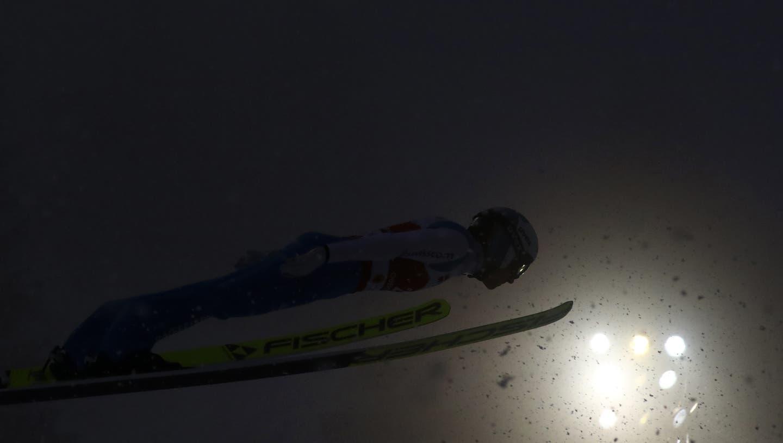 Simon Ammann fliegt bei Schneetreiben und schlechter Sicht über die Grossschanze von Oberstdorf. (Matthias Schrader / AP)