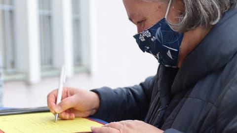 Unterschriftensammeln gegen die Schliessung der Post Dietikon Brunau. (Lydia Lippuner / Limmattaler Zeitung)