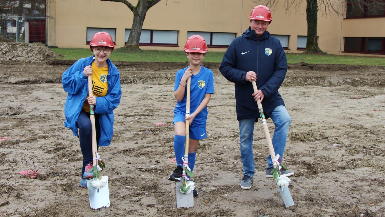 Stadträtin Manuela Stiefel (parteilos) mit Fussballerin Sinem und Peter Seifriz (Vertreter FC Schlieren). (Bild: zvg/Charly Mettier)