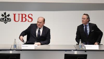 Gut bezahlt: Verwaltungsratspräsident Axel Weber (l.) und der neue CEO Ralph Hamers (r.) (Archivbild) (Keystone)
