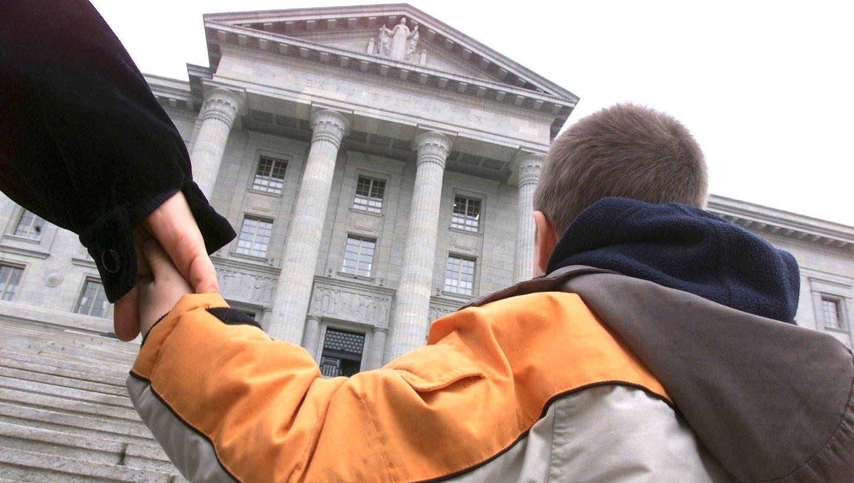 Eine altersgerechte Anhörung vor Gericht sei heutzutage nicht immer gegeben, kommt der Bundesrat zum Schluss. (Symbolbild) (Keystone)
