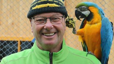 Der Bommel hat es dem Gelbbrustara angetan: Rolf Lanz, Betriebsleiter des Vogelparks Ambigua, blickt dem Saisonstart 2021 mit Freude entgegen. (Bild: Dennis Kalt (9. Dezember 2020))