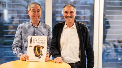 Die beiden Basler Ornithologen Lukas Jenni (links) und Raffael Winkler haben ein Buch über Zugvögel geschrieben, das weltweit auf Beachtung stösst. (Zvg Vogelwarte Sempach / bz Zeitung für die Region)