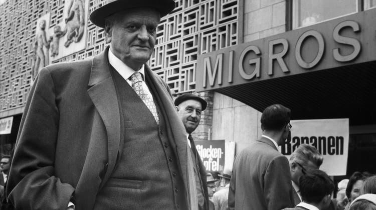 Migros-Gründer Gottlieb Duttweiler, hier vor einer seiner Filialen 1950 auf dem Marktplatz in Zürich-Oerlikon, war die Volksgesundheit ein grosses Anliegen. Noch heute verkauft die Migros keinen Alkohol und Tabak - mal abgesehen von ihren Töchterfirmen Migrolino, Migros Online, Denner, Migros Voi, Galaxus. (Str / PHOTOPRESS-ARCHIV)