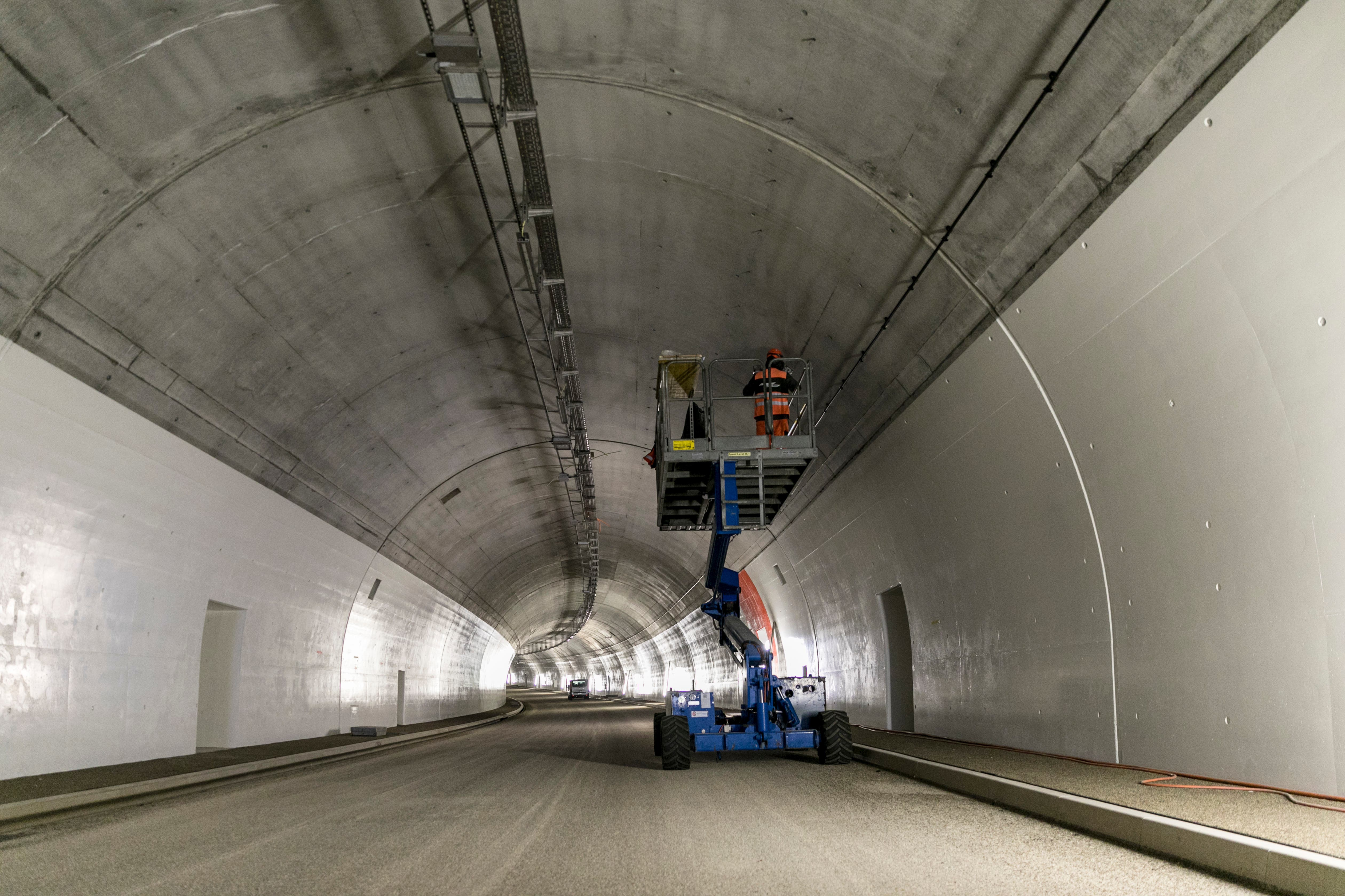 Im Tunnel der Umfahrung Sins läuft derzeit der Einbau der umfangreichen Sicherheits- und Betriebseinrichtungen.