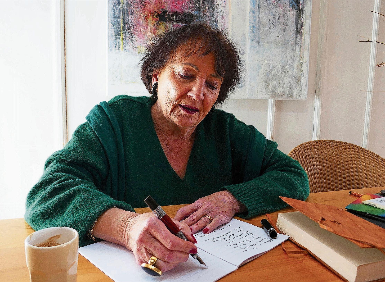 Sprache und Ästhetik: Kathrina Redmann verbindet ihre Liebe zu Sprachen und zum Gestalten beim Schreiben von Hand. Die arabische Schrift wirkt ornamentartig. Es werden ausschliesslich Konsonanten aneinandergereiht und Vokale werden als Zeichen über die Konsonanten gesetzt.