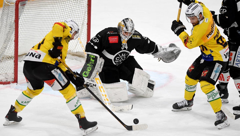 Das Goal von Lugano-Goalie Niklas Schlegel scheint für die Berner wie vernagelt, nur einmal landet die Scheibe im Tor. (Keystone)