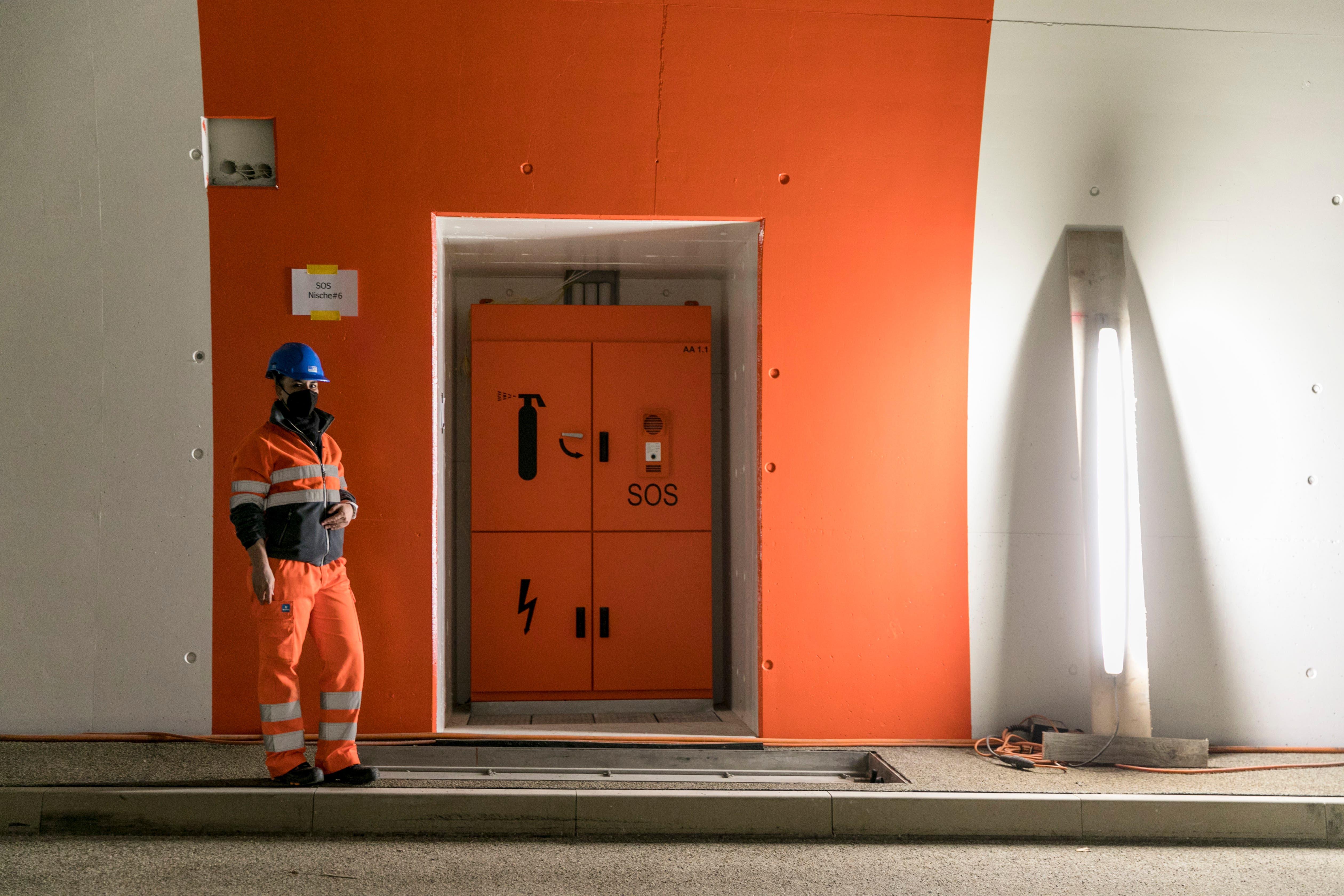 Martina Tobler, Teilprojektleiterin Elektrotechnik, zeigt eine der sechs SOS-Nischen im Tunnel.