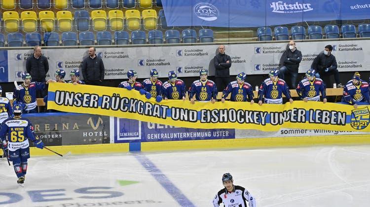 Die Spieler der NL-Vereine protestierten mit Bannern gegen die geplante Liga-Reform. (Juergen Staiger / KEYSTONE)