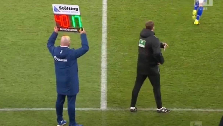 «Wie sehr kann man Christian Gross noch demütigen?»: Warum der entlassene Schalke-Trainer im Spiel gegen Mainz plötzlich an der Seitenlinie steht