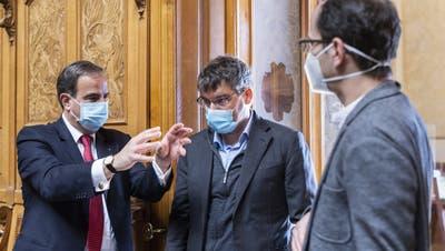 Gerhard Pfister (links) diskutiert im Parlament mit SP-Fraktionschef Roger Nordmann und Grünen-Präsident Balthasar Glättli (Bild: Alessandro Della Valle / Keystone)