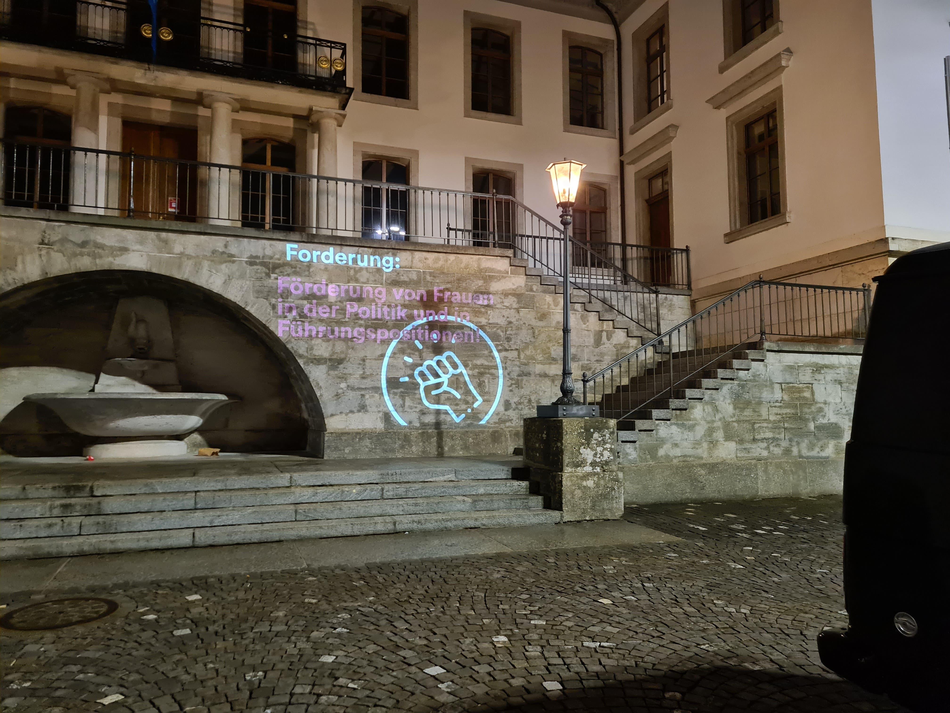 Mehr Frauen in der Politik: Die Forderung prangert am Regierungsgebäude in Aarau.