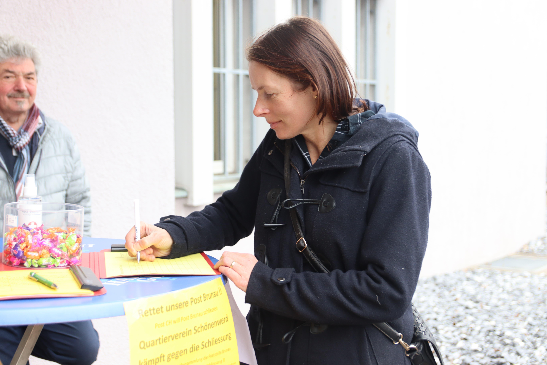 Diese Anwohnerin fuhr extra mit dem Velo zum Stand vor der Post, um ihre Unterschrift abzugeben.