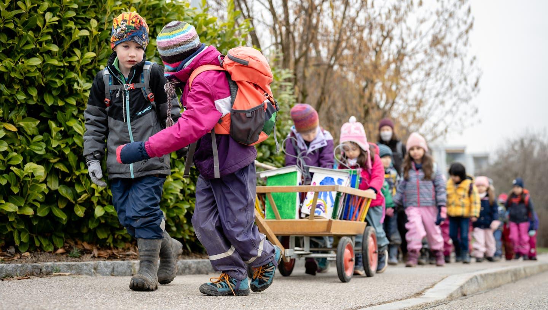 Der Natur- und Vorgelschutzverein Biberist und der Kindergarten Egelmoos hängen gemeinsam selbstbemalte Nistkästen auf. (Michel Lüthi)