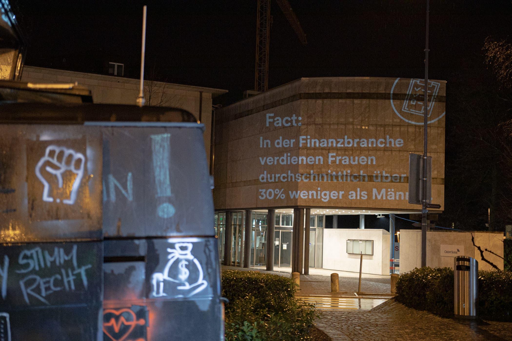Die Fassade der Credit Suisse in Wohlen ziert eine feministische Leuchtschrift.