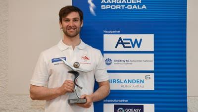 Scott Bärlocher posiert mit der Trophäe für den Aargauer Sportler des Jahres. (Alexander Wagner / FOTO Wagner)