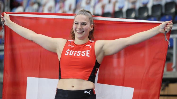 In Siegerpose mit der Schweizer Fahne. Angelica Moser nach ihrem Sprung zu Gold. (Keystone)