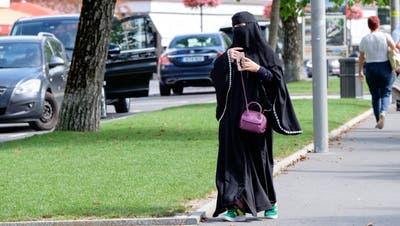 Eine Touristin mit Nikab in Interlaken. r Niqab, welche in Europa momentan für Kontroverse sorgen. (Archivbild)