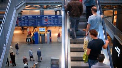 Das Stimmvolk hat entschieden: Im Bahnhof Bern darf weiter täglich eingekauft werden, im übrigen Kanton sonntags nur zwei mal. (Bild: Keystone)