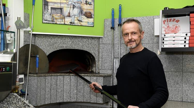 Giuseppe Cupertino vor seinem Ofen: Mit seinem Rezept sind die Pizzen in drei Minuten fertig. (Alexander Wagner)