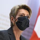 Justizministerin Karin Keller-Sutter nimmt am Sonntagabend in Bern Stellung zum Ja des Schweizer Stimmvolks zur Burka-Initiative. (Keystone)