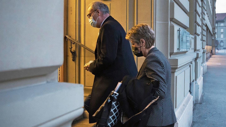 Bundespräsident Guy Parmelin, links, und Bundesrätin Karin Keller-Suttererklären das Abstimmungsresultat. (Bild: Peter Klaunzer / KEYSTONE)