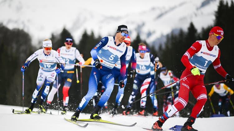 Dario Cologna (Mitte) hielt über 50 km lange mit den Allerbesten mit. (Gian Ehrenzeller / KEYSTONE)