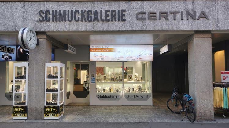 Eine Ära geht zu Ende: Der Name Schlatter ist verschwunden, neu heisst der Laden «Schmuckgalerie». (Bild: Sarah Kunz)