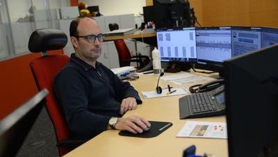 Systemtechniker Marino Walker in der Zentrale im Werkhof Flüelen. (Bild: Urs Hanhart (Flüelen, 30. Januar 2020))