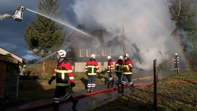 Glück im Unglück: Dieses Bauernhaus stand im Februar 2020 in Vollbrand, war jedoch unbewohnt. Der Schaden ist dennoch gross. (Bild: Eveline Beerkircher (Sempach, 4. Februar 2020))