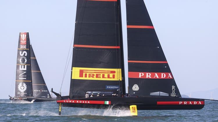 Italiens Team «Luna Rossa» (rechts) gegen das britische Team«Ineos» im Duell Ende Februar inHarbour, Neuseeland. (AP)