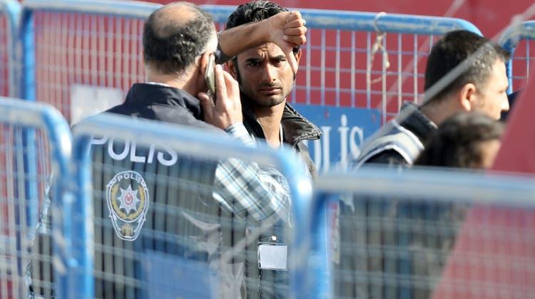 Ein Migrant am Hafen von Izmir in der Türkei im Jahr 2016. (Symbolbild: Tolga Bozoglu / EPA/EPA)