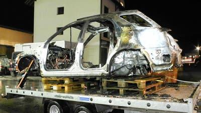Das Fahrzeug wurde auf einem Anhänger ins Freie gebracht. (Bild: Kantonspolizei Schwyz)