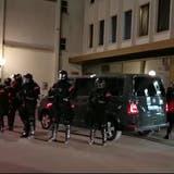 Noch in Kampfausrüstung rückten innert weniger Minuten rund 30 Polizistinnen und Polizisten an, um die Polizeikontrolle sechs minderjähriger Mädchen zu begleiten. (Bild: sil)