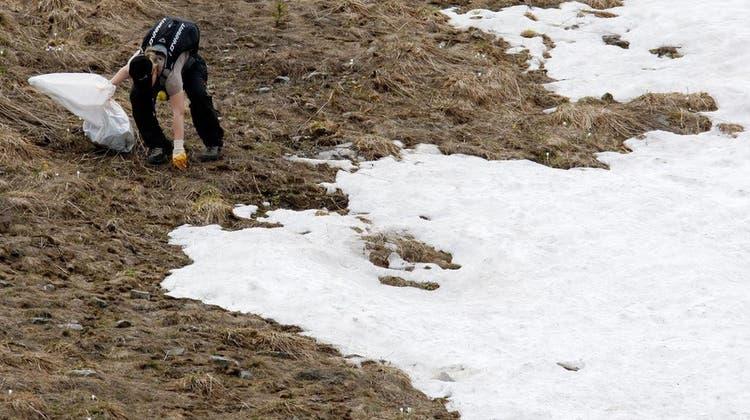 Wie in Verbier finden in vielen Skigebieten Fötzel-Aktionen statt, um die Weiden vom Müll zu befreien. (Archivbild) (Keystone)