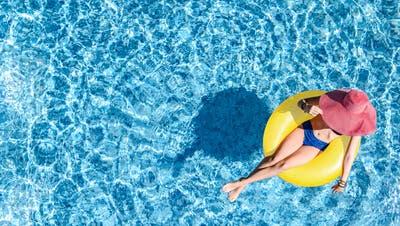 Entspannung finden in einem Swimming-Pool. (Bild: Jay Si/iStockphoto)