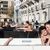 Genuss pur – die drei Thermalwasser-Badewannen in Ennetbaden locken enorm viel Publikum an. (Ursula Burgherr)