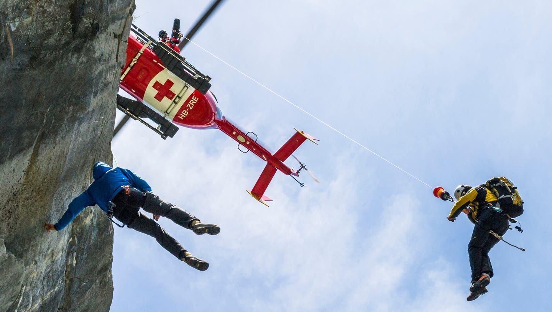 Die Bergretter in der Schweiz – im Bild eine Übung zusammen mit der Rega – waren im vergangen Jahr so gefragt wie noch nie. (Keystone)