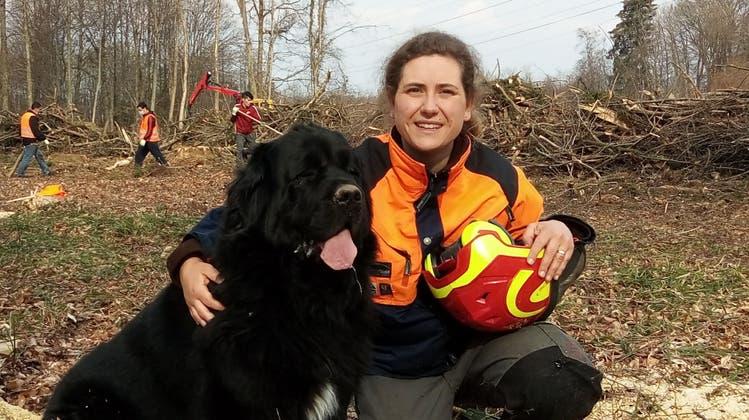 Ist das noch ein Hund oder schon ein Bär? Die liebenswürdige Frida mit ihrer Besitzerin Sophia Steimle. (Bild: PD)