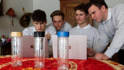 Vier von sieben Teammitgliedern bei der Präsentation (v.l.): Noel Schader, Joshua Bollinger, Andri Schlunegger und Enrico Colaci. (Lisan Vugts)