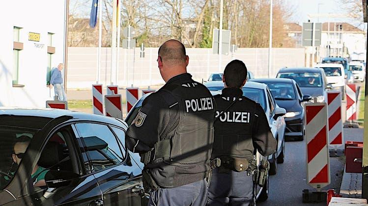 Stephan Attiger geht bei einer Testpflicht an den Grenzen– hier der Zoll in Stein/Bad Säckingen – von langen Blechkolonnen aus. (Bild: Dennis Kalt (17. März 2020))