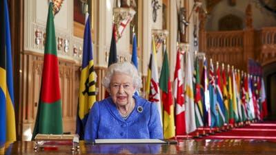 Die Queen im Schloss Windsor: Sie gibt sich nach dem Interview von Harry und Meghan versöhnlich. (Steve Parsons / AP)