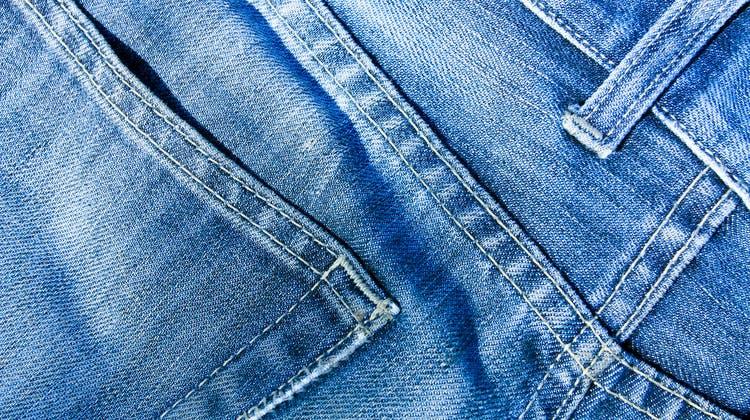 Es gibt sie in vielen Varianten. In diesem Jahr kommen Jeans gross raus. (Bild: Vladitto / iStockphoto)
