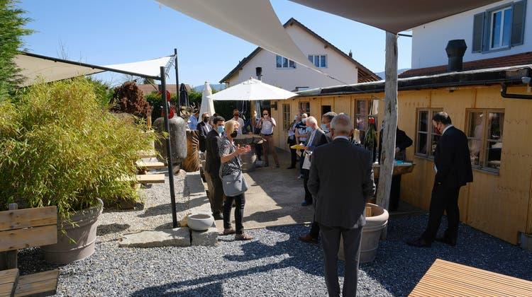 Am Mittwoch schauten sich die Kantonsrichter vor Ort in Röschenz die umstrittene Gartenterrasse des Restaurants Sonne an. (Kenneth Nars / BLZ)