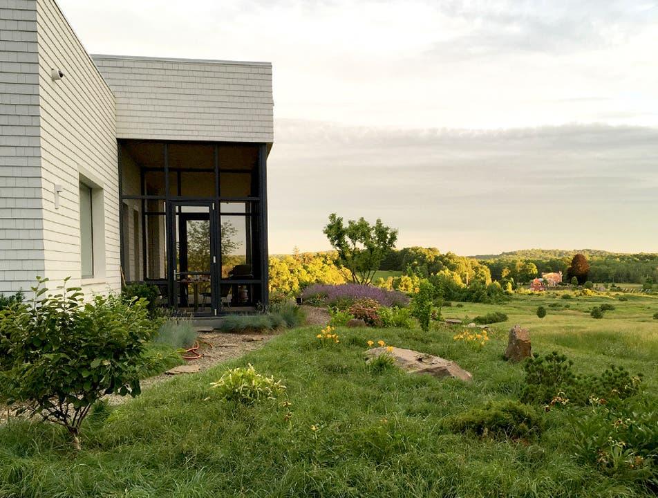 Der Aargauer Innenarchitekt Martin Schweizer und seine Frau bauten sich im Hudson Valley ein modernes Haus. Die neue Gartenanlage durfte Christine Staehelin gestalten.
