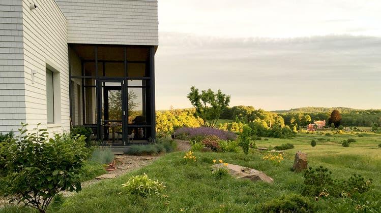 Der Aargauer Innenarchitekt Martin Schweizer und seine Frau bauten sich im Hudson Valley ein modernes Haus. Die neue Gartenanlage durfte Christine Staehelin gestalten. (Bild: zvg)