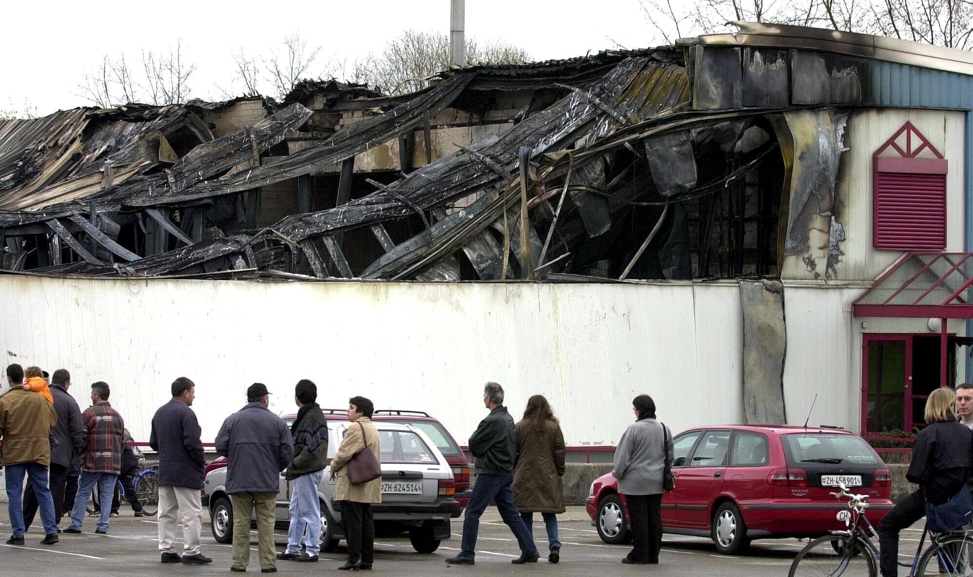 Nachdem die Nachricht vom Grossbrand via Radio verbreitet worden war, pilgerten am Samstag zahlreiche Dietikerinnen und Dietiker an den Ort des Geschehens. Das Feuer war in Dietikon am Wochenende Stadtgespräch.