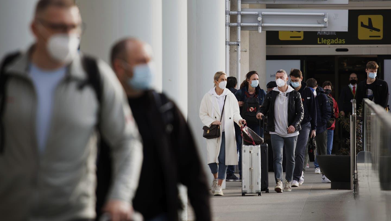 Touristen kommen am Flughafen von Palma de Mallorca an. Wer sich infiziert, muss sich in Isolation begeben. (Francisco Ubilla / AP)