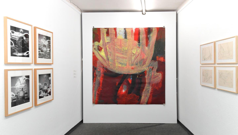 Kunstraum am Bahnhof Olten: Zwei der vier hinter Glas gezeigten Werke. (Bild: Bruno Kissling)