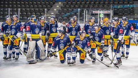 Das Team des EV Zug nach dem Eishockey Meisterschaftsspiel in der Qualifikation der National League zwischen dem EV Zug und dem HC Fribourg Gotteron vom Donnerstag, 1. April2021 in Zug. (KEYSTONE/Urs Flueeler). (Urs Flueeler / KEYSTONE)